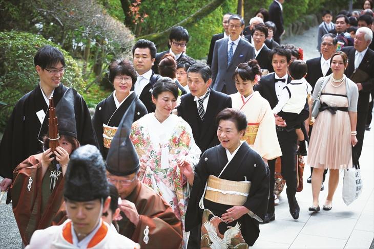 新郎両親と同じ報徳二宮神社で挙式<br>大勢のゲストに祝福された賑やかな宴